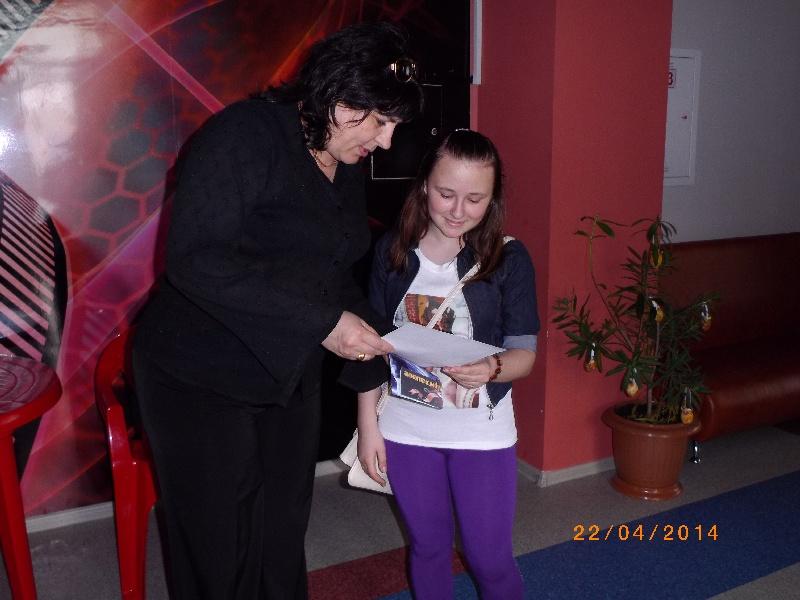 Вручение диплома и билета Веронике Мозоль